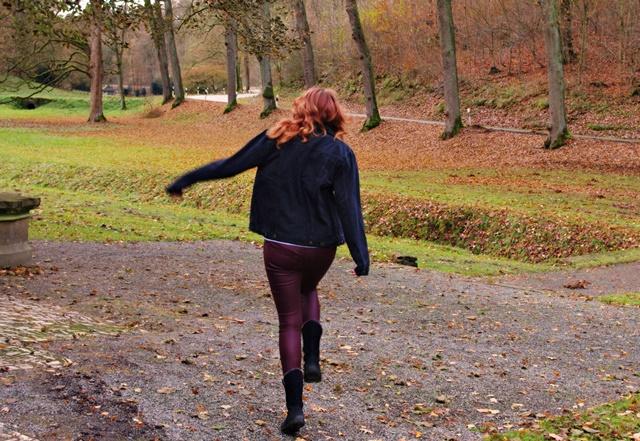 rot-jeans-hupfen-klein