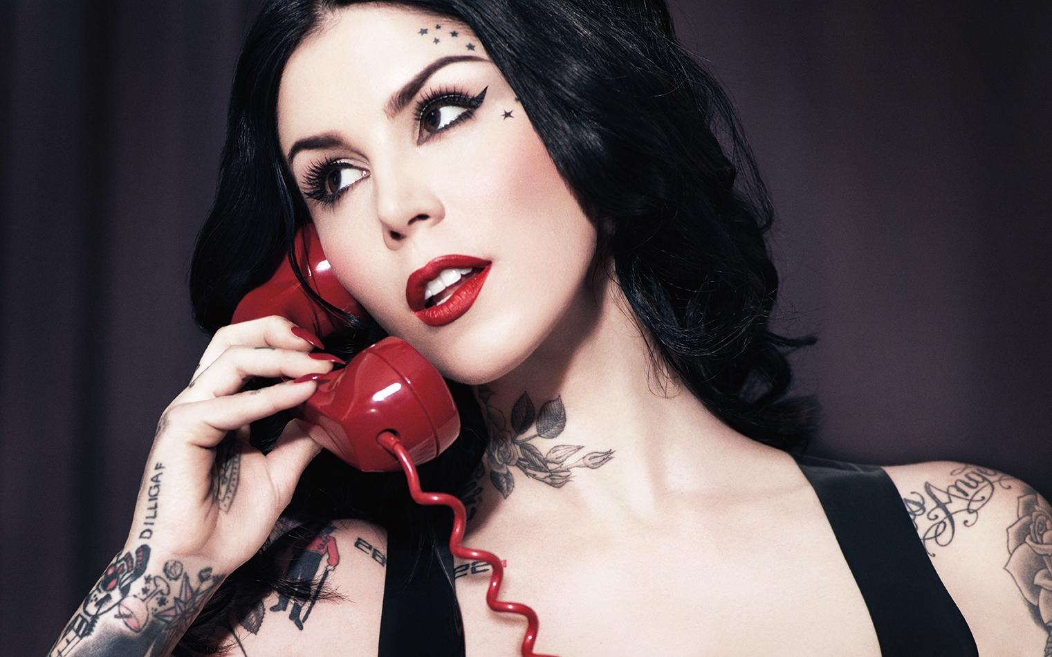 Kat-Von-D-on-phone