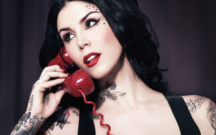 Kat-Von-D-on-phone